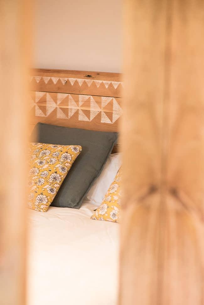 Vista de cama en habitación doble a través de la puerta entreabierta en apartamento del alojamiento agroturismo Zumintxaz
