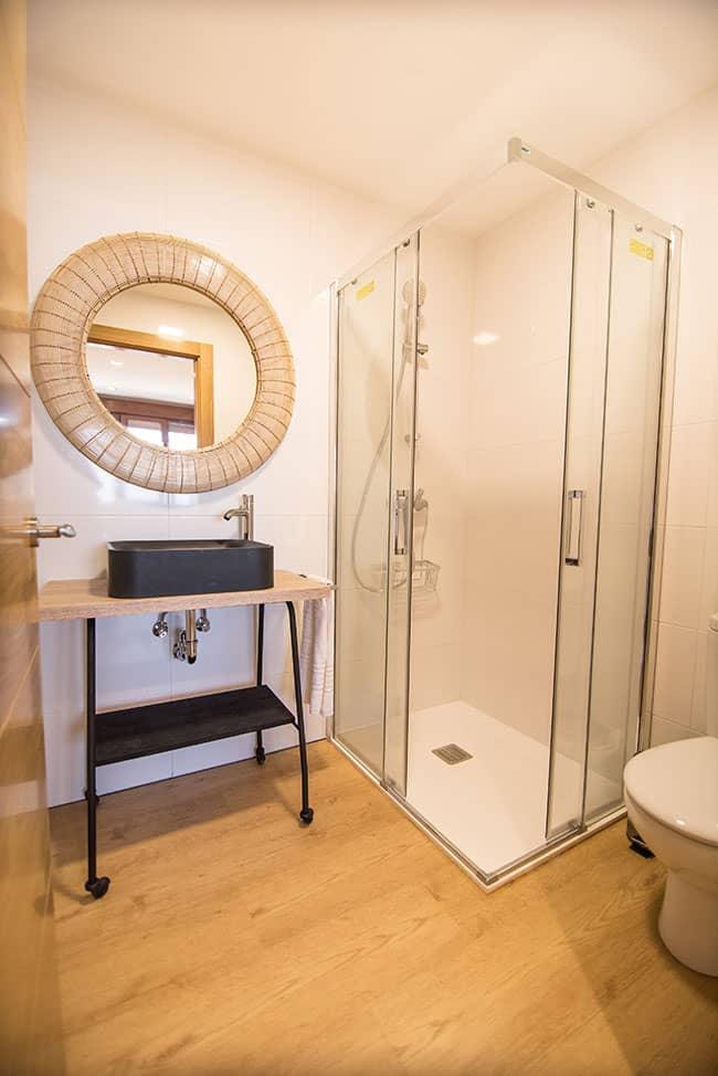 Lavabo en baño completo con plato de ducha de uno de los apartamentos del alojamiento agroturismo Zumintxaz