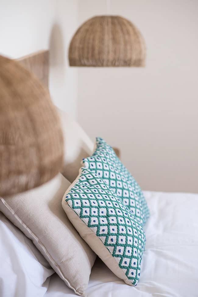 Detalle de almohadas y cojines de habitación doble dentro de uno de los apartamentos del alojamiento agroturismo Zumintxaz