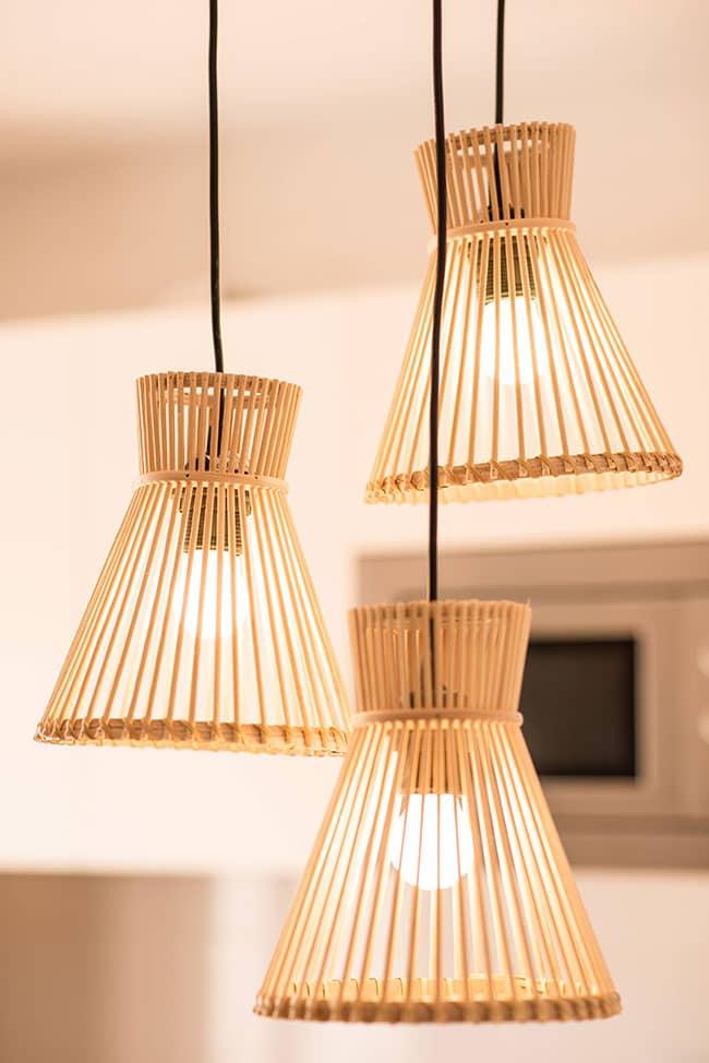 Detalle de lámpara colgada en uno de los apartamentos del alojamiento agroturismo Zumintxaz