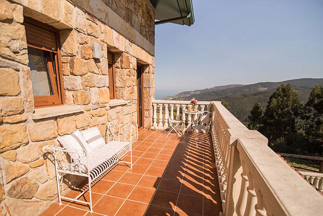 Agroturismo Zumintxaz en Mungia - Terraza con vistas al jardín del apartamento y al mar Cantábrico